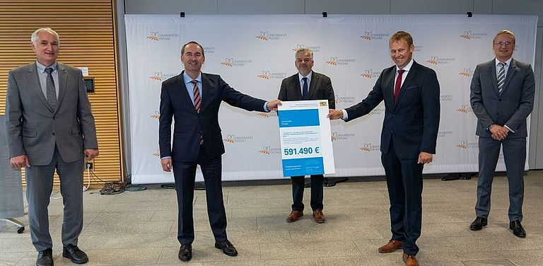 Caption: State Minister Hubert Aiwanger handing over the official funding statement to President Professor Ulrich Bartosch (left), Head of Administration Dr. Achim Dilling (centre), Dr. Stefan Mang (2nd from right) and Professor Dirk Totzek (right). Photo: StMWi/E. Neureuther