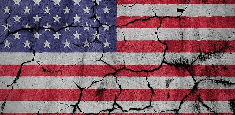 Zerbrochene Flagge der USA.