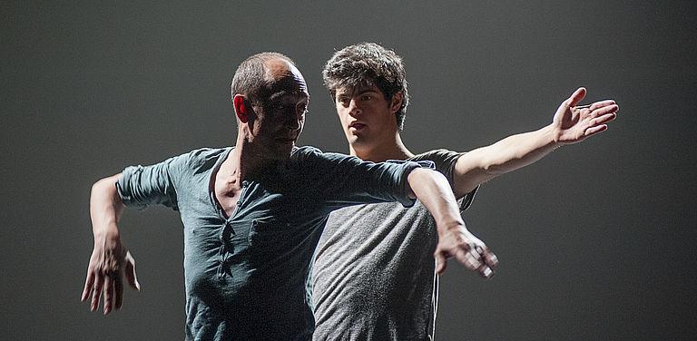 """Die beiden Schauspieler Helliot Baeza und Manuel Cañadas der spanischen Gruppe """"Danza Mobile"""" in dem Stück """"Encuentros y Saludos""""."""