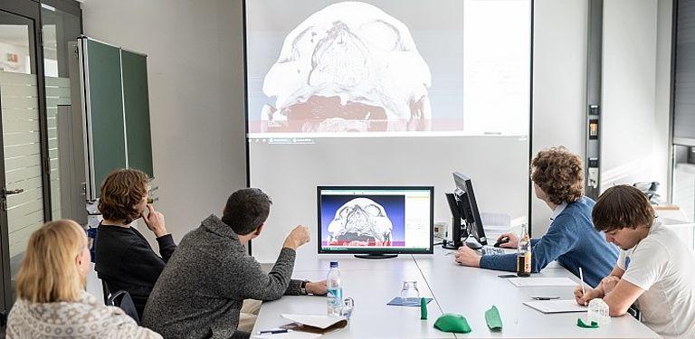Professor Doktor Tomas Sauer und sein Team analysieren gemeinsam mit Doktor Doris Kurella vom Linden-Museum Stuttgart die computertomografischen Aufnahmen der mehr als 1.000 Jahre alten peruanischen Mumie aus dem Linden-Museum.