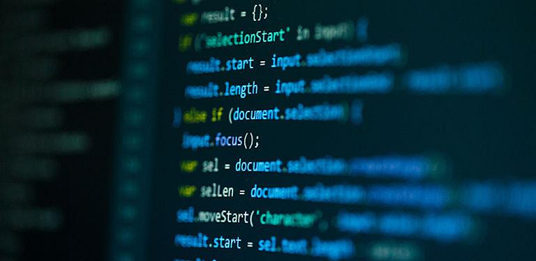 Bunte Code-Schnipsel auf einem dunklen Bildschirm.