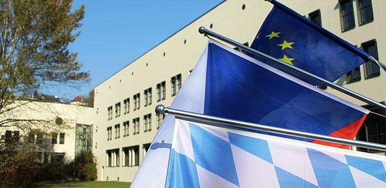 Bild von bayerischen und böhmischen Flaggen sowie der EU-Flagge