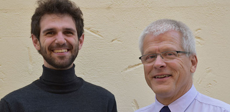 Bild: Prof. Dr. Horst-Alfred Heinrich (von rechts) und Projektmitarbeiter Lorenz Klumpp; Foto: Christl Metzenrath, Forschungsverbund ForDemocracy.