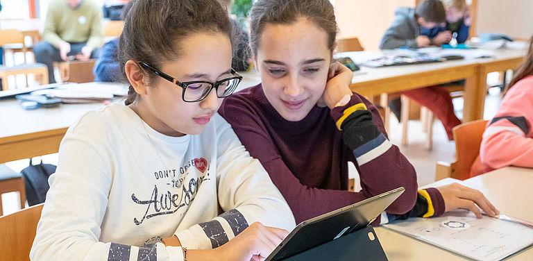 Die grenzüberschreitende Förderung mathematisch-naturwissenschaftlich begabter Schülerinnen und Schüler der zweiten Jahrgangsstufe von Gymnasien ist Ziel eines gemeinsamen Projektes der Universität Passau und der Johannes-Kepler-Universität (JKU) Linz.