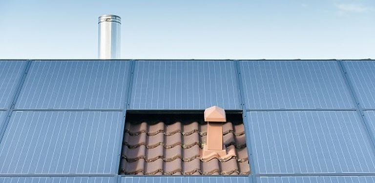 Foto von einer Photovoltaikanlage auf einem Dach. Symbolbild Colourbox