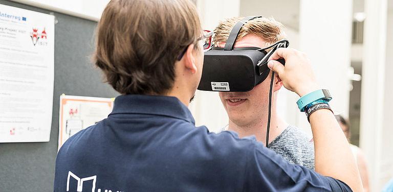 Ein Besucher testet Virtual Reality am Tag der Offenen Tür an der Universität Passau.